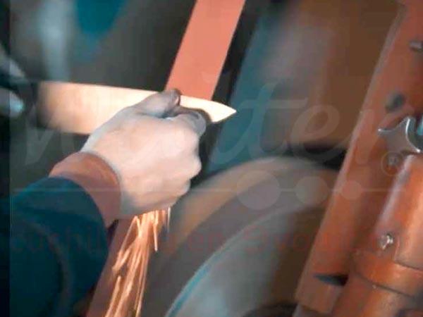 afilando un cuchillo profesional en fabrica