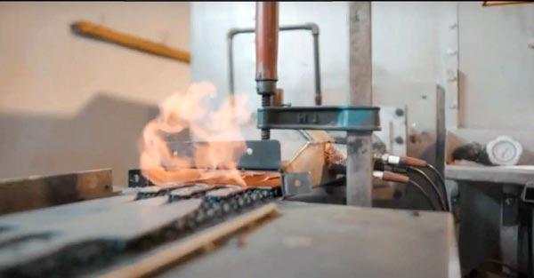 forjando un cuchillo a fuego en fabrica