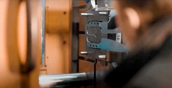 artesano cuchillero fabricando cuchillo