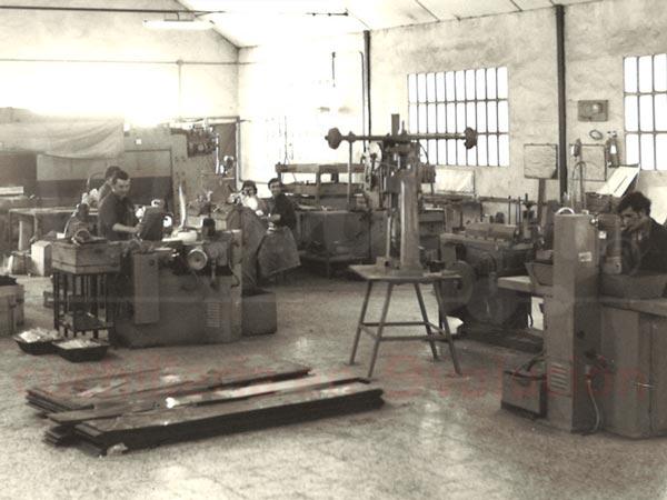 interior de una fabrica de cuchillos antigua