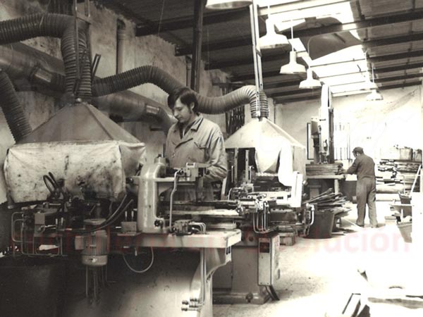 trabajadores en fabrica de cuchilleria